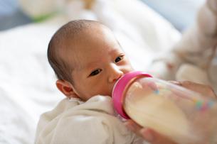 ミルクを飲む赤ちゃんの写真素材 [FYI03144003]