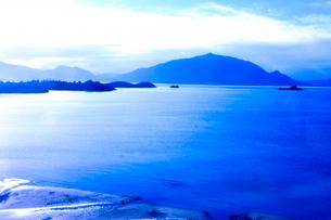 ニューカレドニア上空から見た青い海や島々とビーチを歩く人と犬の写真素材 [FYI03144105]