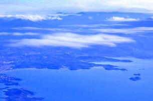 ニューカレドニア上空から見た青い海や島々と雲の写真素材 [FYI03144107]