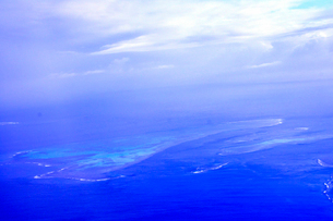 ニューカレドニア上空から見た青い海とラグーンの写真素材 [FYI03144111]