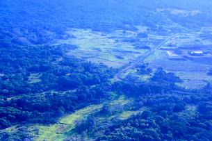ニューカレドニア上空から見たイル・デ・パンの道路や木々の写真素材 [FYI03144116]