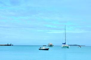 ニューカレドニア・イル・デ・パンの青い空と青い海のクトビーチに浮かぶ数隻の船の写真素材 [FYI03144126]