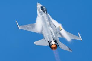 展示飛行を 行う 米軍 F-16 デモチーム の写真素材 [FYI03144143]