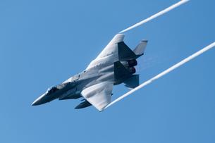 イベントで 展示飛行を 行う 航空自衛隊 戦闘機 F-15 イーグルの写真素材 [FYI03144155]
