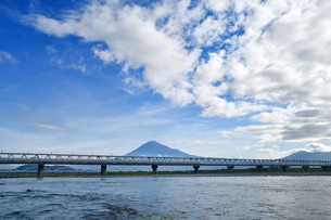 富士山と新幹線の写真素材 [FYI03144364]