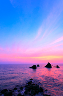 伊勢二見浦の夫婦岩に朝焼け空の写真素材 [FYI03144394]