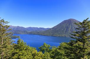 中禅寺湖展望台より中禅寺湖と男体山を望むの写真素材 [FYI03144550]