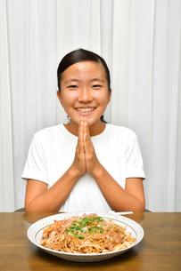 焼きそばを食べる女の子の写真素材 [FYI03144559]