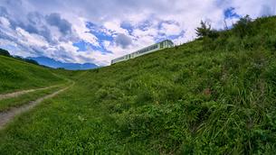 草原を走り抜ける小海線の写真素材 [FYI03144638]