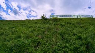 草原を走る小海線の写真素材 [FYI03144639]
