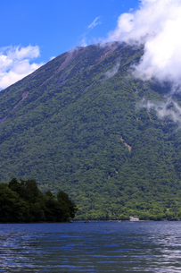 中禅寺湖湖畔より見た観光船と男体山の写真素材 [FYI03144686]