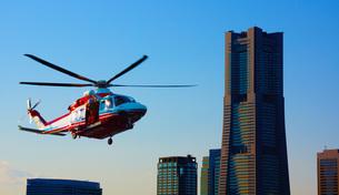 ランドマークタワーと消防ヘリの写真素材 [FYI03144896]