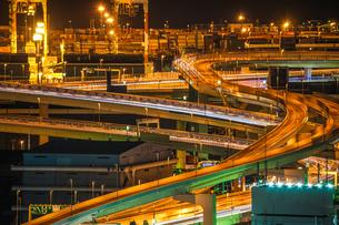 横浜港の夜景と首都高速湾岸線の写真素材 [FYI03144915]