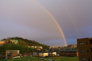 夕照の虹の写真素材 [FYI03145188]