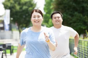 ウォーキングする太ったカップルの写真素材 [FYI03145277]