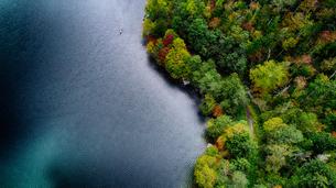 紅葉と湖の写真素材 [FYI03145348]