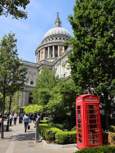 セントポール大聖堂と赤い電話ボックスの写真素材 [FYI03145470]