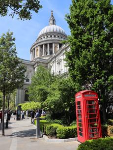 セントポール大聖堂と赤い電話ボックスの写真素材 [FYI03145472]