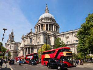 セントポール大聖堂と赤いバスの写真素材 [FYI03145475]