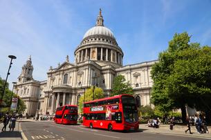セントポール大聖堂と赤いバスの写真素材 [FYI03145477]