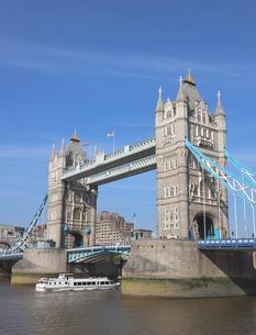 タワーブリッジと観光船の写真素材 [FYI03145491]
