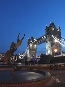 タワーブリッジとイルカと少女の像の夕景の写真素材 [FYI03145502]