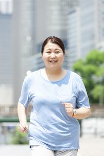 ウォーキングする太った女性の写真素材 [FYI03145553]