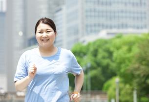 ウォーキングする太った女性の写真素材 [FYI03145554]