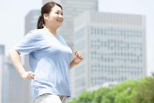 ウォーキングする太った女性の写真素材 [FYI03145555]