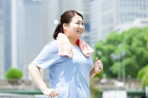 ウォーキングする太った女性の写真素材 [FYI03145556]