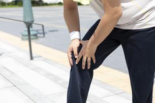 膝を押さえる男性の写真素材 [FYI03145563]