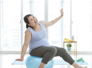 バランスボールで運動をする太った女性の写真素材 [FYI03145605]