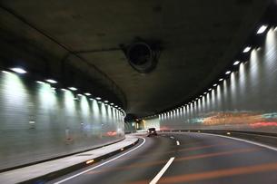 高速道路のトンネル走行の写真素材 [FYI03145700]
