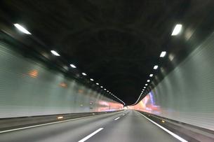 高速道路のトンネル走行の写真素材 [FYI03145711]