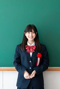 胸章を付け微笑む女子学生の写真素材 [FYI03145849]