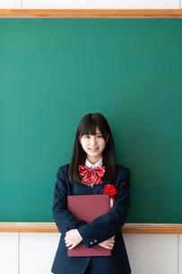 卒業証書を持ち微笑む女子学生の写真素材 [FYI03145850]