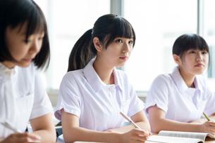 教室で授業を受ける看護学生の写真素材 [FYI03145855]