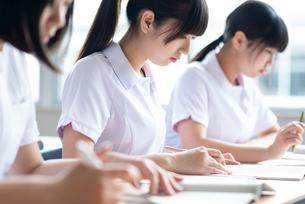 教室で授業を受ける看護学生の写真素材 [FYI03145858]