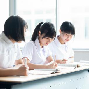 教室で授業を受ける看護学生の写真素材 [FYI03145862]