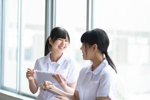 窓際で談笑をする看護学生の写真素材 [FYI03145866]