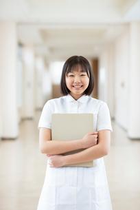 ファイルを持ち微笑む看護学生の写真素材 [FYI03145874]