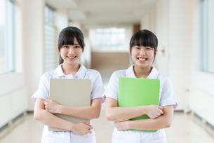 ファイルを持ち微笑む看護学生の写真素材 [FYI03145879]