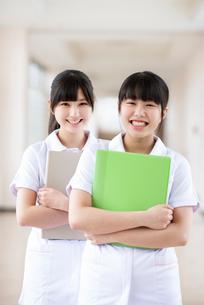 ファイルを持ち微笑む看護学生の写真素材 [FYI03145880]