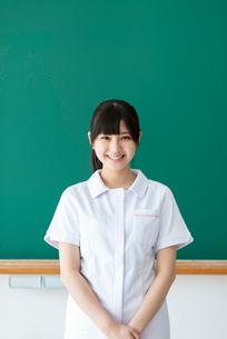 黒板の前で微笑む看護学生の写真素材 [FYI03145881]