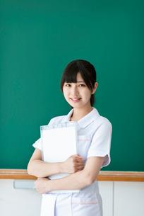黒板の前で微笑む看護学生の写真素材 [FYI03145883]