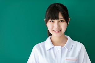 黒板の前で微笑む看護学生の写真素材 [FYI03145885]