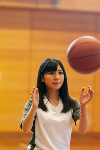 体育館でバスケットをする女子学生の写真素材 [FYI03145904]