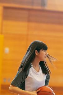 体育館でバスケットをする女子学生の写真素材 [FYI03145905]