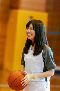 体育館でバスケットをする女子学生の写真素材 [FYI03145907]