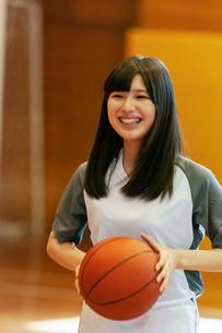 体育館でバスケットをする女子学生の写真素材 [FYI03145908]
